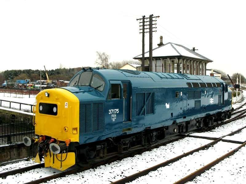 Por que os trens ingleses/britânicos tem pinturas amarelas na frente da cabine ? 2672